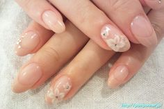 French beige nail with nude colour Flower art and sparkles (from pomponner.jp)