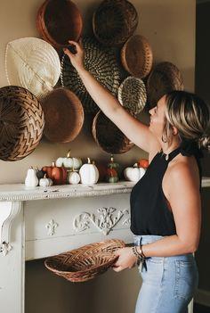 Decor Crafts, Diy Home Decor, Wall Decor Design, Statement Wall, Boho Living Room, Baskets On Wall, Home Decor Inspiration, Decor Ideas, Craft Ideas