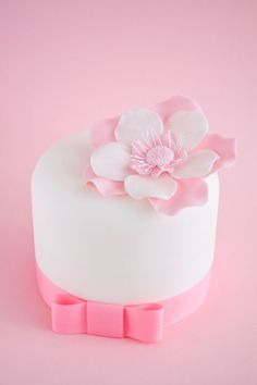 Remember that the flower stamens are inedible, so you need to remove the flower before cutting the cake. Description from cakejournal.com. I searched for this on bing.com/images
