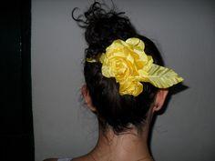 Rosa de tecido amarelo para cabelo e roupas