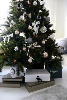 Christmas Tree Inspo, Frosted Christmas Tree, Christmas Feeling, Decorating With Christmas Lights, Christmas Design, Xmas Tree, Christmas Inspiration, Beautiful Christmas, Winter Christmas
