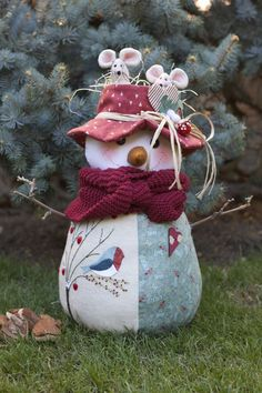 Dos avezados ratones otean el horizonte subidos en el sombrero de su amigo Baldonero. Baldomero es un muñeco, ... Art Christmas Gifts, Christmas Sewing, Homemade Christmas, Christmas Snowman, Christmas Projects, Christmas Ornaments, Snowman Crafts, Decor Crafts, Holiday Crafts