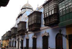 Palacio de Osambela, la casa de los cinco balcones en Lima.  En pleno Cercado de Lima se levantó una amplia casona de estilo neoclásico entre fines del siglo XVIII y principios del XIX, es el Palacio Osambela, que resalta por su fachada de cinco balcones de madera, una portada con pilastras y un mirador con cúpula desde donde el propietario observaba los galeones que andaban en el Callao.