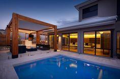 massive terrasse großes haus schwimmen holzelemente einsetzen wohn bereich
