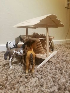 Popsicle stick hay feeder made for schleich model horses. Toy Horse Stable, Schleich Horses Stable, Play Horse, Horse Barns, Horse Stables, Popsicle Stick Crafts, Craft Stick Crafts, Barn Wood Crafts, Horse Crafts