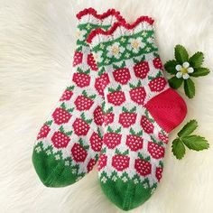 Ingrid`s Strawberrys pattern by JennyPenny The pattern is currently avaialbe in Swedish but will be in english soon. Record of Knitting String rotating, weaving an. Wool Socks, Knitting Socks, Hand Knitting, Knitting Machine, Vintage Knitting, Knitting Patterns, Crochet Patterns, Stitch Patterns, Designer Socks