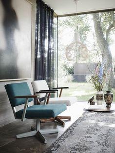 Galvanitas DF 28 fauteuil. een prachtige open fauteuil met een stalen constructie, een poot in het midden gemonteerd die weinig ruimte in beslag neemt.