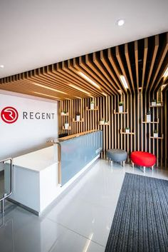 Regent Insurance in Edenvale von Inhouse Brand Architects entworfen . Regent Insurance in Edenvale designed by Inhouse Brand Architects… Regent Insurance in Edenvale von Inhouse Brand Architects entworfen… Corporate Office Design, Office Reception Design, Modern Office Design, Corporate Interiors, Office Interior Design, Office Interiors, Office Designs, Reception Desks, Reception Counter