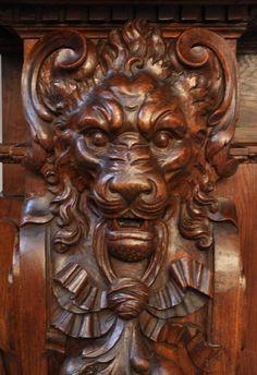 Великолепный старинный камин с львиными головами, изготовленный из  дубового дерева.
