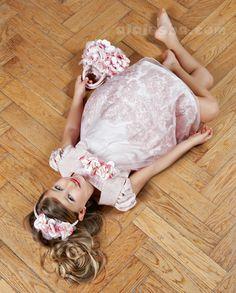 Струящийся шелк и россыпь мерцающих бликов, мех, парча, пышные складки платьев...Да! И конечно много-много цветов  ––– наряды  Lesy всегда производят максимальный эффект!