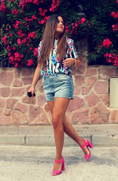 streetstyle: floral top + high shorts + pink heels