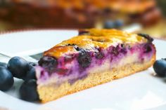 Feiner Low Carb Käsekuchen mit Blaubeeren. Mit einem lockeren Boden aus teilentöltem Mandelmehl. Der leckere süß-säuerliche Geschmack der Blaubeeren kommt dabei wunderbar zur Geltung.