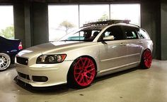 Contrasting wheels on this V50 make a statement!