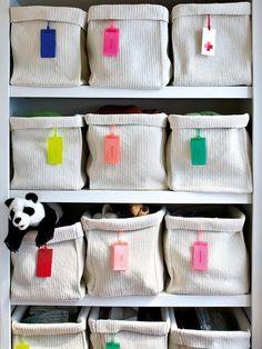 Estantería con cestas de punto de Ikea
