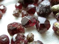 EL GRANATE PIROPO(ANTES)-Es el más famoso de los granates rojos.   Su oscuro, color rojo sangre es distinto y atractivo,se asemeja al color de rubí.Esta gema se encuentra a menudo libre de inclusión. El brillo del granate piropo se le debe al alto índice de refracción.La dureza excelente de 7 a 7,5 en la escala de Mohs. Su sistema cristalino: (Cúbico) dodecaedro Dureza: 6.5-7.5. Gravedad: 3,62 a 3,87 Índice de refracción: 1,720  1,756  Color de la raya: Blanco,