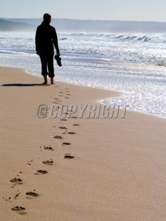 Woman walking alone at the beach Great Quotes, Funny Quotes, Inspirational Quotes, Adversity Quotes, Mental Health Facilities, Religion, Alcohol Detox, Snap Out Of It, Faith Walk