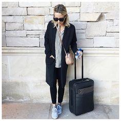 Pin for Later: Diesen Trick befolgen alle Fashionistas, wenn sie Koffer packen Packt einen langen, schwarzen Cardigan Der passt zu allen Outfits und hält euch auf dem Flug warm.