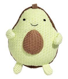 Lys grønn. CONSCIOUS. En myk leke med rangle. Leken er strikket i myk, økologisk bomull og formet som en avokado. Polyesterfylling. Høyde ca 13 cm.