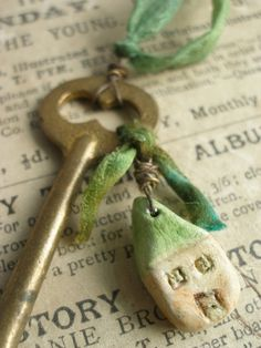Cute House dangle of old Keys Under Lock And Key, Key Lock, Antique Keys, Vintage Keys, Pottery Houses, Key Jewelry, Jewelry Ideas, House Keys, Old Keys