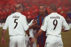 Zinedine Zidane , Ronaldo e Ronaldinho Real Madrid Football Club, Real Madrid Players, Football Is Life, World Football, Football Soccer, Best Football Players, Football Stadiums, Soccer Players, Football Rivalries