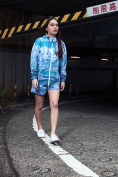 伊勢丹新宿店とエヴァンゲリオンのコラボレーションショップ「エヴァンゲリオン:新宿伊勢丹版」が、伊勢丹新宿店 本館2階に3月18日から期間限定でオープンする。会場では、同作品の舞台「第3新東京市」の柄をプリントした「エックスガール スポーツ(X-girl SPORTS)」のTシャツなどが販売される。期間は3月24日まで。