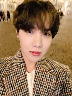 Jung Hoseok is so handsome that I want to break Weverse's rules ㅠㅠ Gwangju, Jimin, Vlive Bts, Jung Hoseok, Mixtape, K Pop, Namjoon, Taehyung, Fanfiction