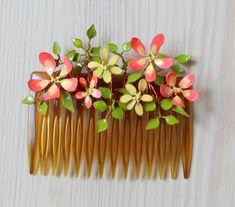 Luit oikein, nämä kukat on tehty kynsilakasta. Yhtä tärkeänä osana on myös ohuen ohut alumiinilanka, josta kieputin silmukoita vesiväri...