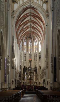 De plattegrond van St.-Janskathedraal in Den Bosch (1250, 1380-1420, 1505-1522) is verwant aan de plattegrond van kathedraal van Amiens.