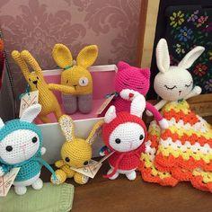 Esta procurando presente para essa Páscoa? Aproveita que na @novelaria  tem produtos a pronta entrega!!!! ;) #amigurumi #crochê #feitoamao #ganchillo #hechoamano #handmade #crochet #pascoa #easter #coelho #bonecodecroche #bunny #rabbit by anacraftbox