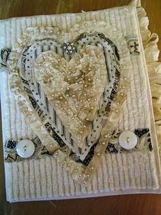 Un album de Carol Wingert, couverture cousue main avec du tissu chenille, des rubans teintés et des perles.