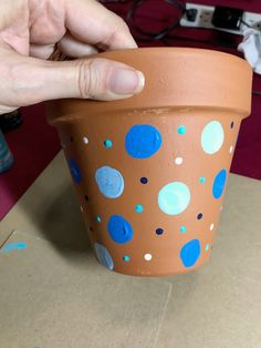 DIY Kids Painted Flower Pot project is fun and easy. These flower pots make a great end of the year teacher gift or Mother's Day gift. Flower Pot Art, Flower Pot Crafts, Clay Pot Crafts, Spray Paint Plastic, Painting Plastic, Mothers Day Flower Pot, Mothers Day Crafts, Painted Flower Pots, Painted Pots