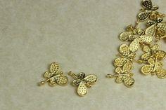 """Pequeñas fornituras """"Mariposas"""" chapadas en oro mate de 22k, de venta en www.eltallerdegreenlily.es"""