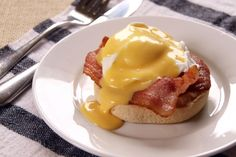 Yum Yum Breakfast :: English muffin topped with bacon, poached eggs and Hollandaise sauce Molho Hollandaise, Hollandaise Sauce, Breakfast Items, Breakfast Recipes, Brunch Recipes, Yummy Eats, Yummy Food, Bacon, Perfect Breakfast