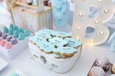 """Cookies em formato de nuvem. festa linda com tema """"Doces sonhos"""", tons pastéis ( candy colos) para o aniversário de 1 ano da Branca, filha da fotógrafa Rejane Wollf. Foto: Bia Soave"""