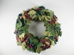 Ravelry: Woodland Wreath, Holly pattern by Frankie Brown Crochet Christmas Wreath, Crochet Wreath, Crochet Fall, Crochet Crafts, Christmas Wreaths, Christmas Crafts, Irish Crochet, Christmas Knitting Patterns, Knitting Patterns Free