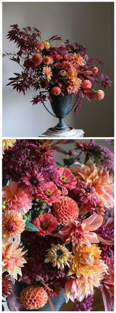 Floral arrangement of dahlias, Japanese maple, zinnias, amaranth and rudbeckias | Blumengesteck mit Dahlien, japanischem Ahorn, Zinien, Amaranth und Rudbeckien - perfekt für den Herbst #fall #floralarrangement #centerpiece