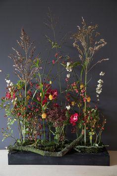 Enjoy what autumn offers! - Enjoy what autumn offers! Art Floral, Floral Artwork, Floral Design, Table Flowers, Metal Flowers, Dried Flowers, Rama Seca, Sogetsu Ikebana, Corporate Flowers