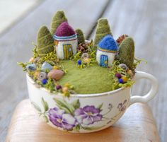 50 DIY Sommergarten Teetasse Fairy Garden Ideen – Famous Last Words Felt Crafts, Diy And Crafts, Arts And Crafts, Needle Felted, Wet Felting, Felted Wool, Felt Fairy, Summer Diy, Pin Cushions