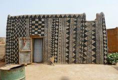 Origem da tendência Étnica -  Lindo desenho na parede de uma cabana no Oeste Africano, - Patterns decorating walls of West African mud village houses. Fantastic!