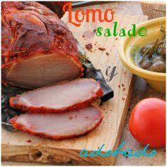 Los ingredientes son:  -1lomo fresco de cerdo  -sal gorda  -pimentón dulce  -pimienta  -romero  -tomillo  -aceite   -En un recipiente de...