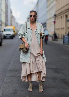 Nina Schwichtenberg mit einer Jacke von 5 Preview, Kleid von Luccacouture, Tasche von Chloé, Schuhe von Jim...