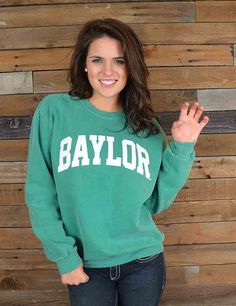 Keep warm in this great new Baylor crew neck sweatshirt, a Barefoot Campus Outfitter exclusive! Go BU Bears!