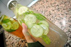 Limonada ligera de pepino, jengibre y menta... ¿Cómo preparar la limonada de jengibre, menta y pepino?  Los ingredientes para esta deliciosa limonada, ideal para el verano, son:  Dos litros de agua.Un pepino mediano.Un limón.Una cucharadita de jengibre fresco rallado.Diez hojas de menta fresca o hierbabuena. Añade a los dos litros de agua elpepinopelado y cortado en rebanadas finas. Luego el limón cortado en rodajas finas, el jengibre rallado y las hojas de menta o hierbabuena. Deja en la…