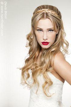 Peinado para novias bohemias o hippies con flequillo largo separado por raya en medio, una trenza a modo de tiara y semirrecogido con pelo largo suelto ondulado