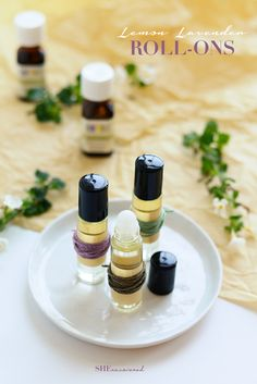 A super easy and all-natural body perfume roll-on recipe! Using sweet almond oil with a hint of lemon and lavender you can smell fresh all day long. They're a great thing to toss in your purse or gift to friends or hosts! Essential Oil Perfume, Perfume Oils, Homemade Perfume, Diy Beauté, Homemade Essential Oils, Perfume Recipes, Perfume Making, Hacks, Belleza Natural