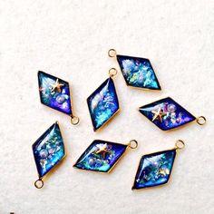 【遊園街】 (@_end4) | Твиттер Diy Resin Art, Uv Resin, Resin Molds, Cute Jewelry, Diy Jewelry, Jewelry Design, Glitter Magnets, Nail Polish Jewelry, Resin Jewelry Making
