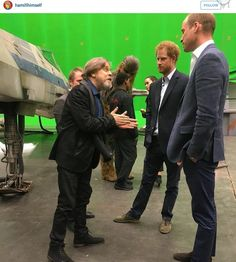 Funny lol -- Mark Hamill explaining how to overthrow a monarch to the princes Daily Funny jokes Im A Princess, Princess Leia, Tall Friends, Star Wars Set, Big Shoulders, The Old Republic, Mark Hamill, Daily Funny, Last Jedi