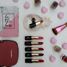 Batom Aviva Color Supreme Jequiti – Resenha e Swatches  Vêm conferir o post que tá lindo!!  www.falandodebeleza.com.br ______________________ #batom #batons #lipstick #lips #flatlay #maquiagem #resenhas  #maquiagens #makeup #Jequiti #beleza #moda #swatch n #beauty #esmaltes #swatch #swatches #batomvermelho #beautytip #blogdebeleza