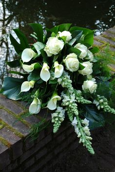 Wit afscheidsboeket structuur Casket Flowers, Funeral Flowers, Funeral Arrangements, Flower Arrangements, Fresh Flowers, Beautiful Flowers, Funeral Sprays, Casket Sprays, Funeral Tributes