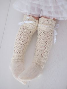 Life with Mari: Prinsessan pitsiunelmat ♥ Knitted Booties, Crochet Slippers, Knit Crochet, Wool Socks, Knitting Socks, Knitting For Kids, Baby Knitting, Best Baby Socks, Girls Knee High Socks